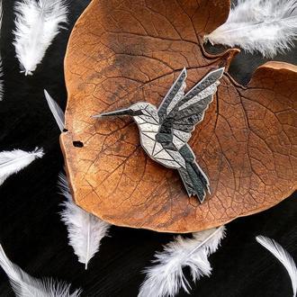 Авторская геометрическая брошь птица Колибри. Полигональная брошь серая Птица (любой цвет на заказ)