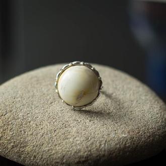 Серебряное кольцо с белым янтарем