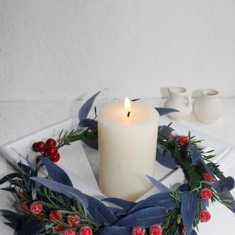 Венок-ободок из синих листьев и ягод