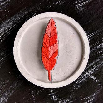 Красный значок Перо. Геометрическая брошь Перышко. Осенняя брошь красный Листик ручной работы