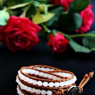 Коричневый браслет в стиле Chan Luu с бусинами белого цвета. Подарок для дочки, подарок для внучки.
