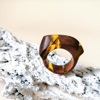 Деревянное кольцо (размер - 17,5) из ореха и ювелирной смолы - что подарить девушке