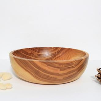 Столовая тарелка из дерева для подачи блюд