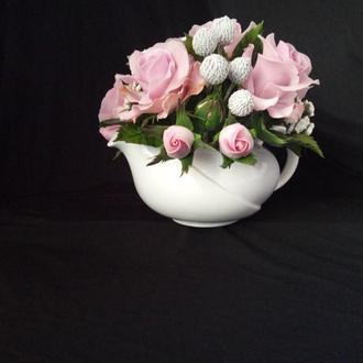 Букет роз в чайничке