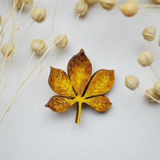 Деревянный значок-брошь Осенний листик