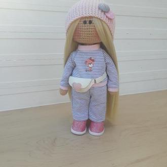 Вязаная кукла крючком в розовой шапке
