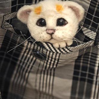 Брошь из шерсти белый котик