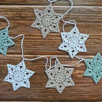 Новогодняя гирлянда из разноцветных текстурных снежинок-звезд