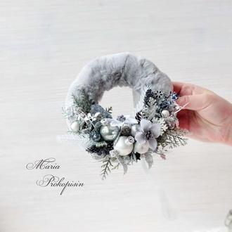 Новорічний міні-віночок в біло-срібному кольорі з хутром.
