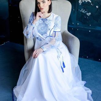 Длинное праздничное платье с вышивкой