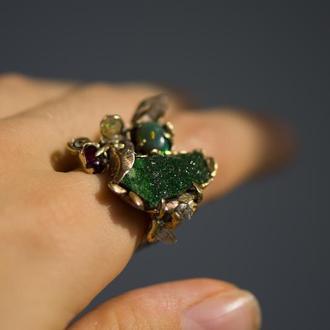 Кольцо с камнями уваровит, гранат, опал, кристаллы кварца