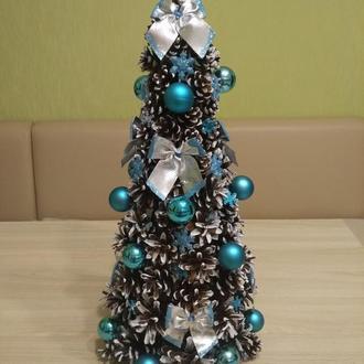 Новогодняя, рождественская ёлка из шишек.