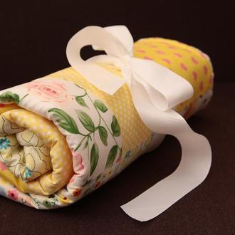 Желтый детский плед, конверт на выписку в стиле пэчворк. Теплый плед в коляску из плюша минки.