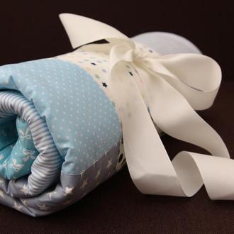 Голубой детский плед, конверт на выписку в стиле пэчворк. Теплый плед в коляску из плюша минки.
