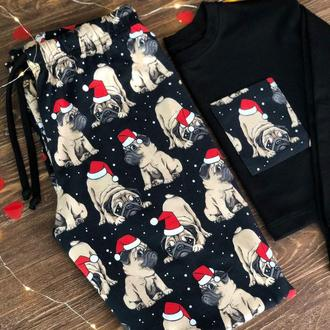 Яркая женская пижама в новогоднем стиле с кофтой и штанами Мопсы в красных шапках