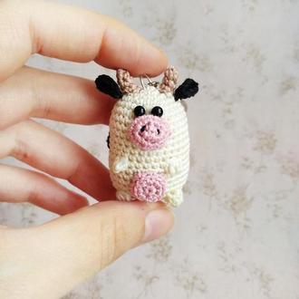 Вязаный брелок Коровка, маленькая коровка, символ Нового года, новогодний подарок