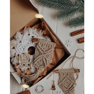 Подарункова коробочка новорічним декором з макраме