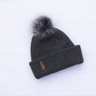 Двухслойная бесшовная вязаная шапка с отворотом и с натуральным помпоном (графит)