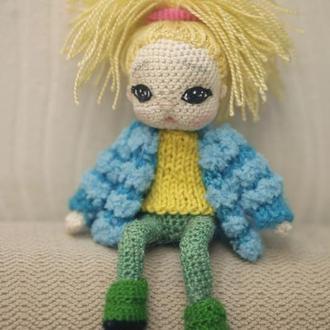 Куколка на каркасе из проволоки в синем жакетике