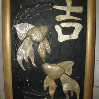 Картина из натуральной кожи «Золотые рыбки» подарок гороскоп знак зодиака Рыбы Фэн-Шуй