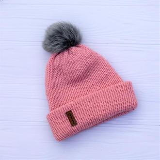 Двуслойная бесшовная шапка с отворотом ы с натуральным помпоном (пудра)