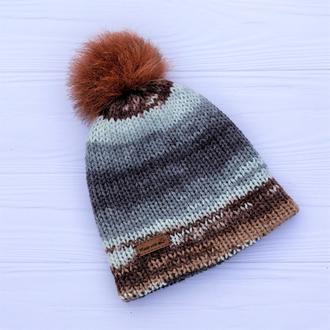 Двуслойная бесшовная вязаная шапка с натуральным помпоном (разноцветный градиент)
