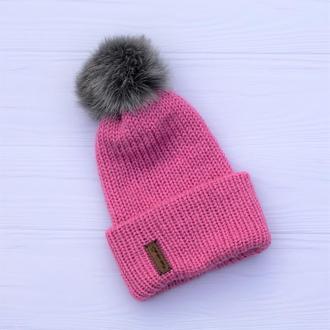 Двуслойная бесшовная вязаная подростковая шапка с отворотом и с натуральным помпоном (розовый)