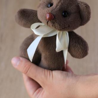Декоративный темно-коричневый Мишка Мини из коротковорсового меха