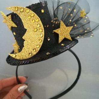 Черная шляпка с месяцем и звездами