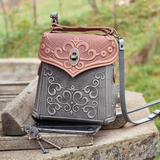 Авторская кожаная сумочка-рюкзак с тиснением орнаментом серая с пудровым
