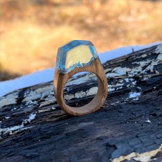Кольцо из древесины американского ореха и эпоксидной смолы