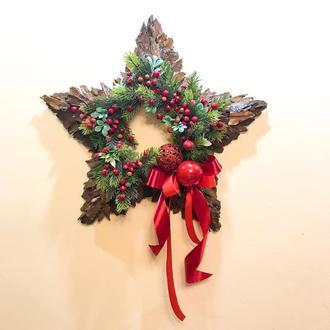 Рождественская /новогодняя композиция звезда с красными ягодами