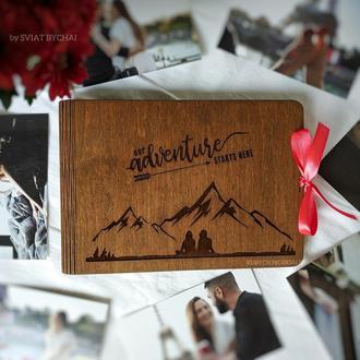 Фотоальбом из дерева - горы и пара влюбленных. Подарок друзьям, на свадьбу, девушке, парню
