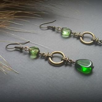 Зеленые бронзовые серьги с узлом
