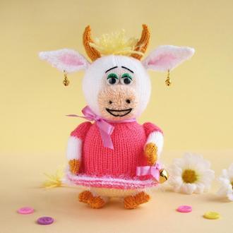Веселая коровка Даша. Мягкая игрушка выполнена спицами. Символ 2021 года.