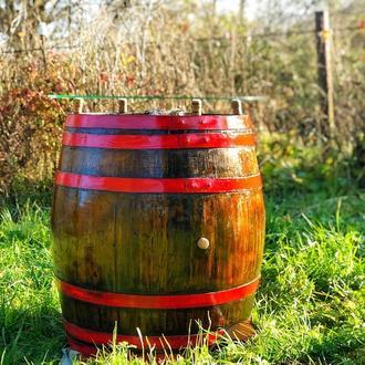 Столик из старой винной бочки со стеклянной столешней