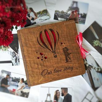 Фотоальбом из дерева с гравировкой воздушный шар и влюбленная пара | подарок на годовщину свадьбы