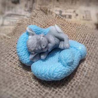 Спящий бычок на рукавичках