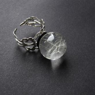Кольцо из эпоксидной смолы с парашютиками одуванчиков