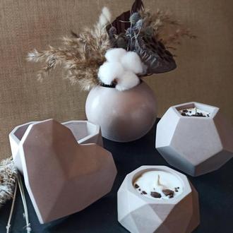 Подарочный набор: две свечи из соевого воска, композиция из сухоцветов и шкатулка из бетона