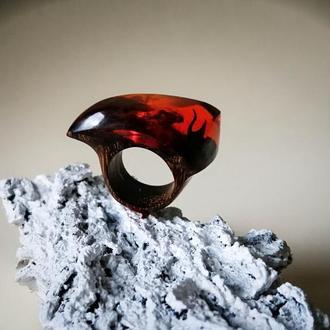 Красное кольцо для девушки ( размер 17,0-17,5) из древесины мербау и ювелирной смолы