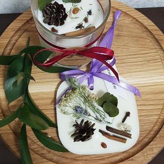 Набор аромасвеча и аромасаше с соевого воска, украшено шишкой.