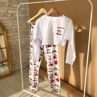 Яркая женская пижама с кофтой и штанами в новогоднем стиле