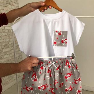 Бело-серая молодежная пижама для дома и сна с футболкой и шортами в новогоднем стиле