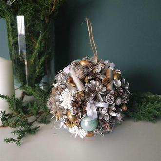 Новогодний/Рождественский шар из шишек d15 см