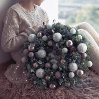 Рождественский венок бело-пудровых цветах 41 см