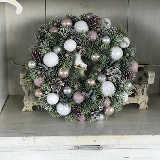Рождественский венок бело-пудровых цветах 41 см 2