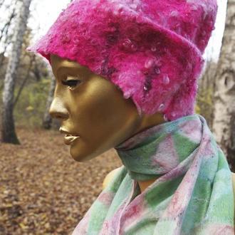 Теплая и яркая розовая шапка из мериноса