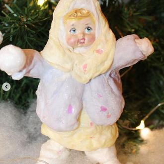 """Елочная игрушки из ваты """"Девочка со снежкой"""""""