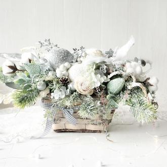 Большой новогодняя композиция в серебряно-бело-мятном цвете.
